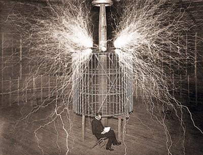 Ставший великим уже в Америке физик в своей лаборатории в Колорадо-Спрингс со знаменитым «Усиливающим передатчиком», 1899 год