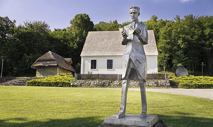 Памятник Николе Тесле в Смилянах, Хорватия (центр города)