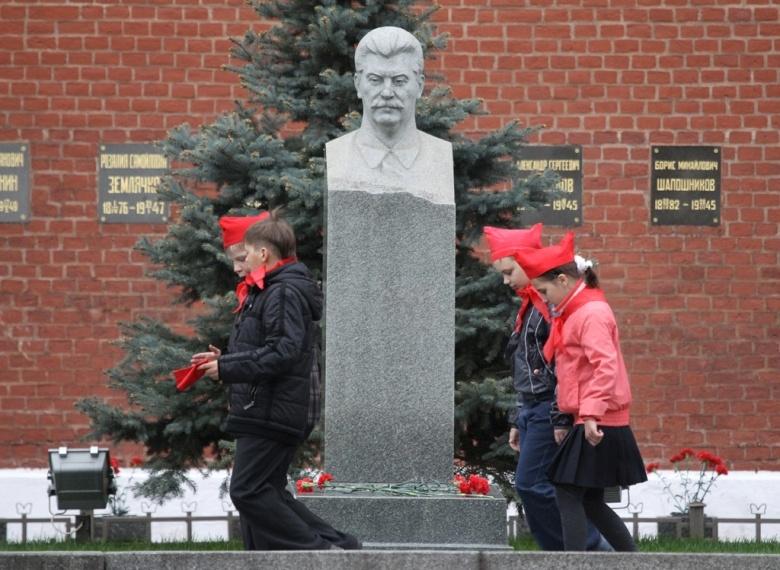 Надгробный памятник И. В. Сталину у Кремлевской стены. 2011 г.
