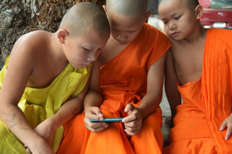 Дети в планшете